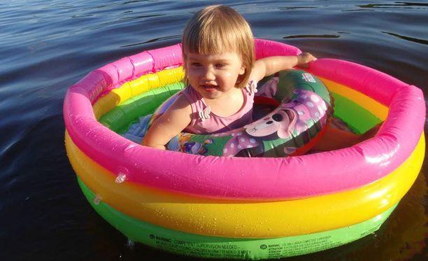 Aadalla on oma pieni vene Merrasjärvellä.