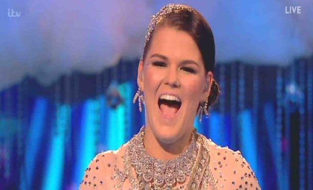 Saara Aalto iloitsee muun muassa Instagramissa julkaisella videollaan semifinaalipaikkaansa brittien X Factorissa.