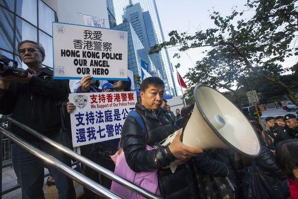 Poliisia tukevia mielenosoittajia tiistain oikeudenkäynnin alla. Rangaistukset langetettiin tänään.