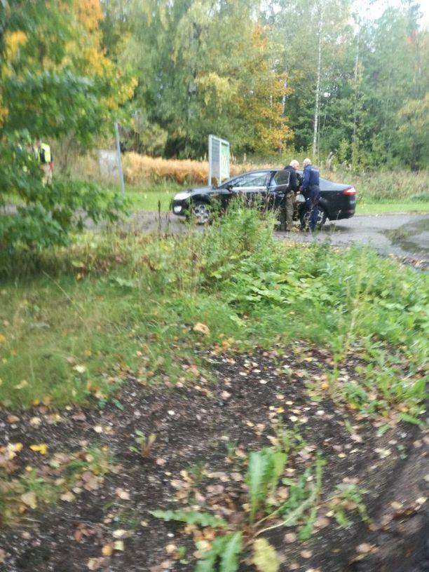 Yksi henkilö otettiin kiinni tämän liikuttua käsiaseen kanssa Espoon Myllykylässä.