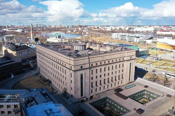 Eduskunnan turvallisuusjohtajaksi nimitettyä Sakari Keckmania epäiltiin eduskuntaan kohdistuneesta kavalluksesta.