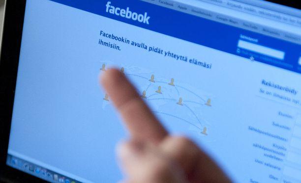Oululaismies teki entisen pomonsa nimissä Facebookiin ja Twitteriin valesivut. Niille hän latasi törkyä. Kuvituskuva.