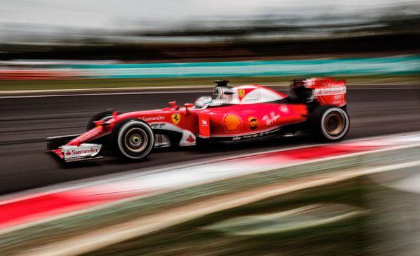 Sebastian Vettelin kisa päättyi jo avauskierroksella.