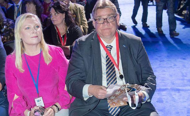 Timo Soini vaimonsa Tiinan kanssa Jyväskylässä.