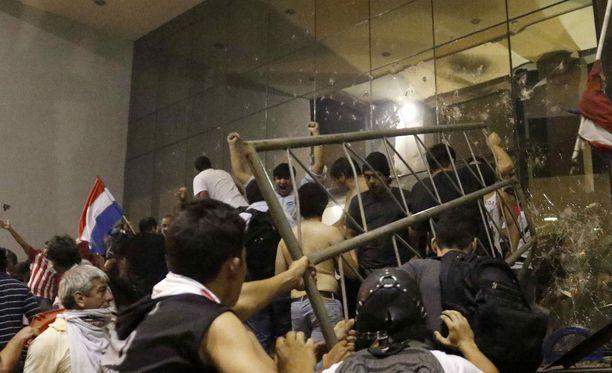 Mielenosoittajat tunkeutuvat Paraguayn kongressitaloon pääkaupungissa Asuncionissa.