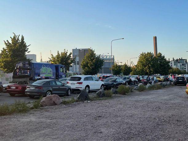 Helsingin Hernesaareen muodostunut liikennesuma purkautui vasta tuntien jälkeen.