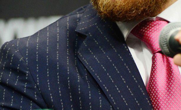 McGregorin pukuun on kätketty varsin raju viesti. Hintaa puvulla on 6500 dollaria.
