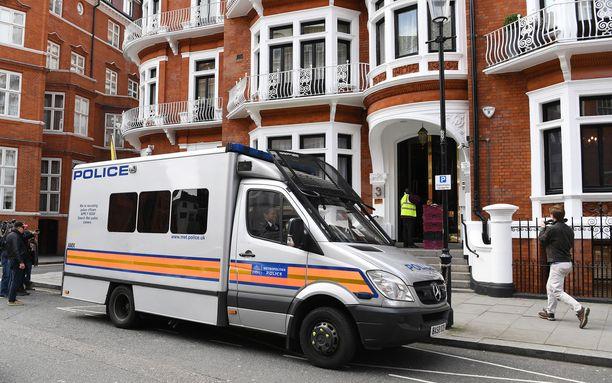 Assange asui seitsemän vuotta Ecuadorin Lontoon lähetystössä, jossa hänelle oli myönnetty turvapaikka.