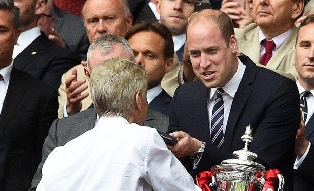 William onnitteli Arsene Wengeriä viime toukokuussa finaalin jälkeen.