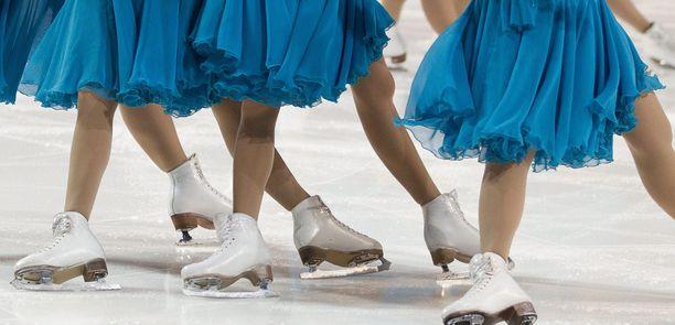 Helsinkiläisen muodostelmaluistelun huippuseuran valmentaja sai vuoden kilpailukieltoa taitoluisteluliitolta epäasiallisen käytöksen takia (arkistokuva, kuvan luistelijat eivät liity tapaukseen).