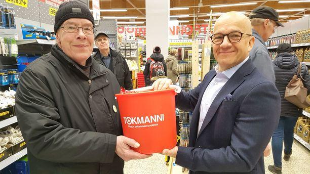 Erik Kamila oli jo aamutuimaan 06.10 ämpärijonossa Tampereen Tesoman Tokmannin avajaisissa. Juhlassa jaettiin tuhat ämpäriä.
