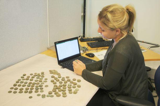 Frida Erhnsten tutkii rahoja Kansallismuseon rahakammiossa.