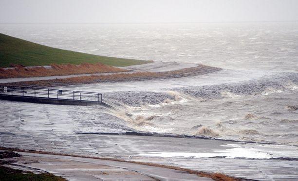 Talvimyrskyn vaikutukset tuntuvat useissa maissa. Kuva saksan rannikolta 5. joulukuuta.