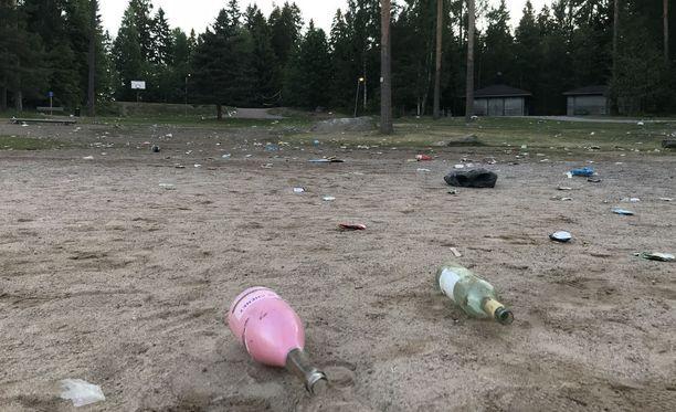 Kuusijärven ranta näytti sunnuntaiaamuna törkyiseltä.