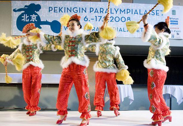 KIINALAISITTAIN. Kiinalaiset tanssijat loivat Peking-näytökseen tunnelmaa.