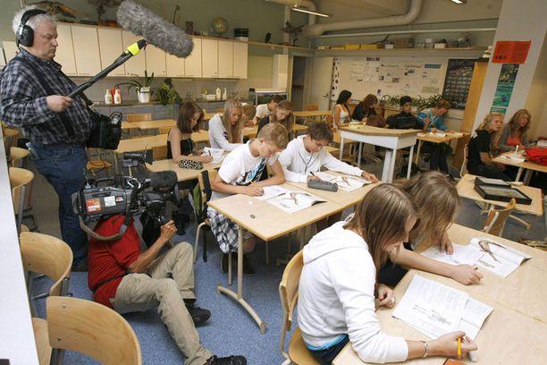 Perustuslaki vahvistaa, että Suomessa on kaksi kansallista kieltä, suomi ja ruotsi. Mutta onko ruotsia järkevää pakko-opettaa kaikille? Ota kantaa! Kuva ei liity juttuun.