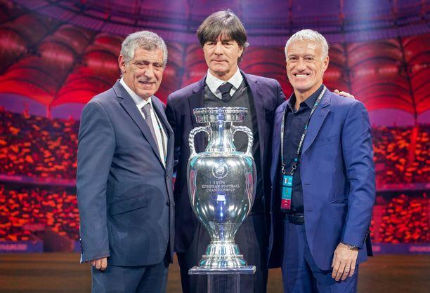 Portugalin Fernando Santos (vas.), Ranskan Didier Deschamps (oik.) ja Saksan Joachim Löw naureskelivat Uefan arvonnan ankaruudelle.