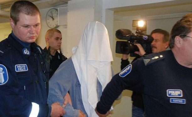 Vanhempansa surmannut 36-vuotias syytetty saapui viime lokakuun vangitsemisoikeudenkäyntiin kasvot peittettynä.