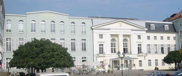Näyttelijätärtä puukotettiin Deutsches Theaterin portailla Berliinissä.