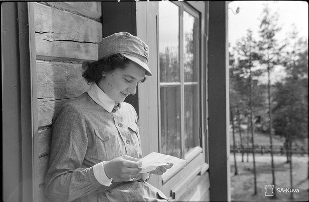 Lotta lukee kirjettä kotiväeltä. Kuva on otettu Kälviällä 16. elokuuta 1941.