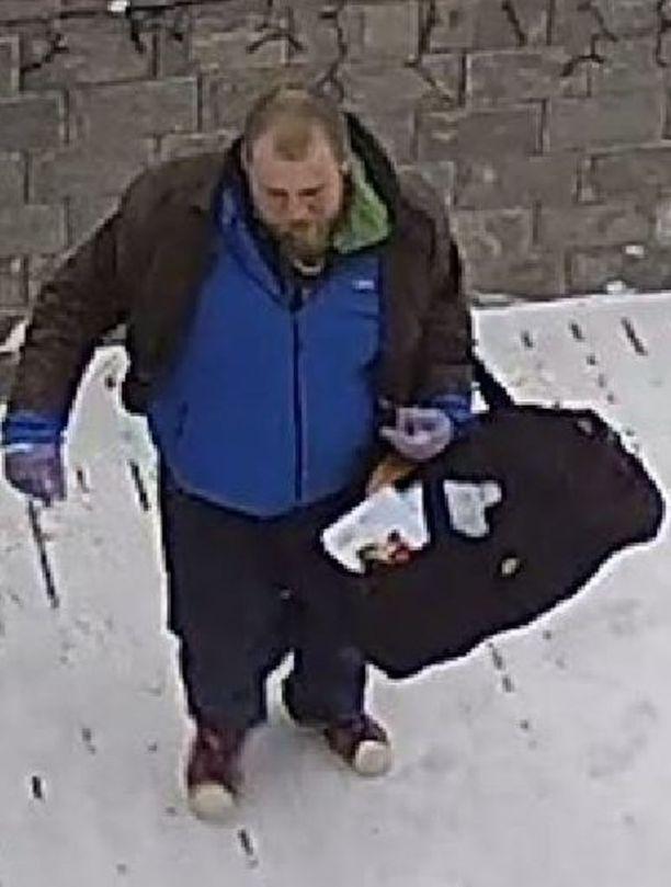 Tunnistatko kuvan miestä? Poliisi kaipaa yleisövihjeitä epäillystä murtovarkaasta, joka tallentui valvontakameraan poistuessaan omakotitalosta Helsingin Puistolassa tammikuussa.