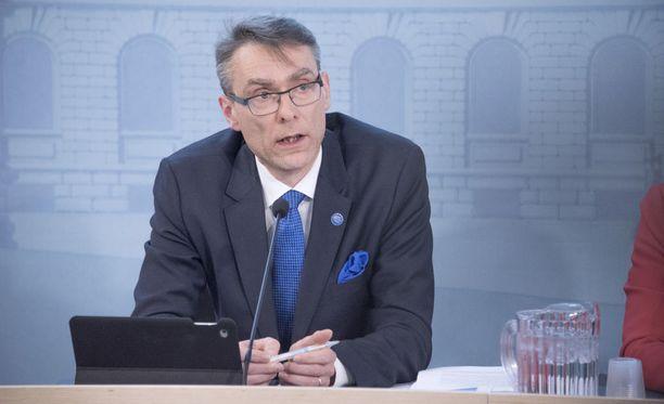 Tuomas Pöysti oli sote-tiedotustilaisuudessa valtioneuvoston linnassa 9. toukokuuta 2017. Presidenttin nimitti hänet oikeuskansleriksi 24. toukokuuta 2017.