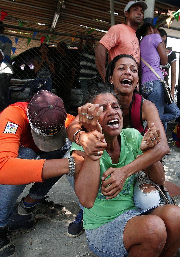 Vankien omaiset murtuivat kyyneliin poliisin päämajan edessä Valenciassa.
