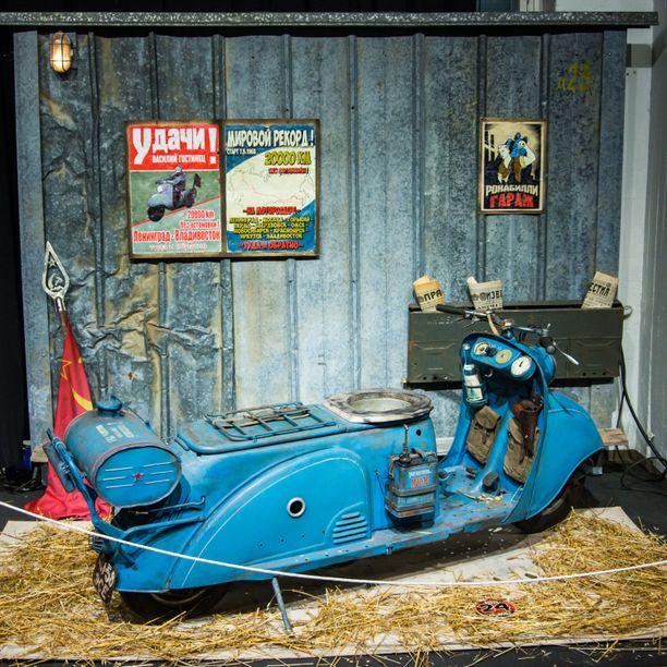Vasili Gostinetsin TMZ-skootterivuodelta 1965. Kyseessä oli Leningrad-Vladivostok-Leningradmaalimanennätysajoksi naamioitu salainen koejossa testattiin piristettä, joka antaisipunasotilaille 2 viikon toiminta-ajan. Pasi Tuomisen mielikuvitus palkittiin Attitude Awardilla.