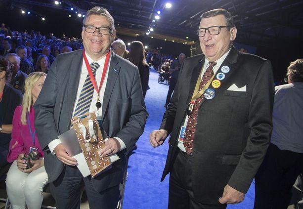 Perussuomalaisten ex-puheenjohtaja Timo Soini ja perussuomalaisten säätiötä johtava ex-kansanedustaja Raimo Vistbacka Jyväskylän puoluekokouksessa kesäkuussa.