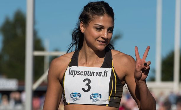 Nooralotta Neziri juoksee illalla 100 metrin aitojen finaalissa.
