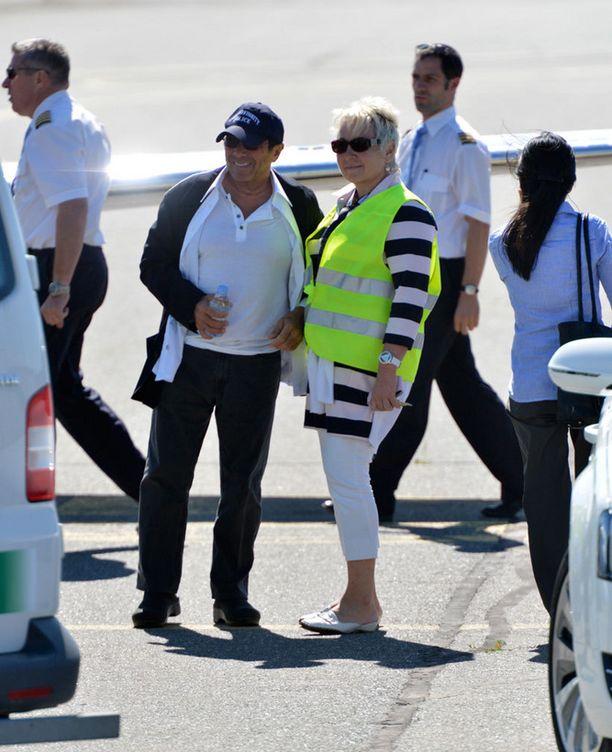 Hyväntuulinen Paul Anka poseerasi lentokentän henkilökunnan kanssa.