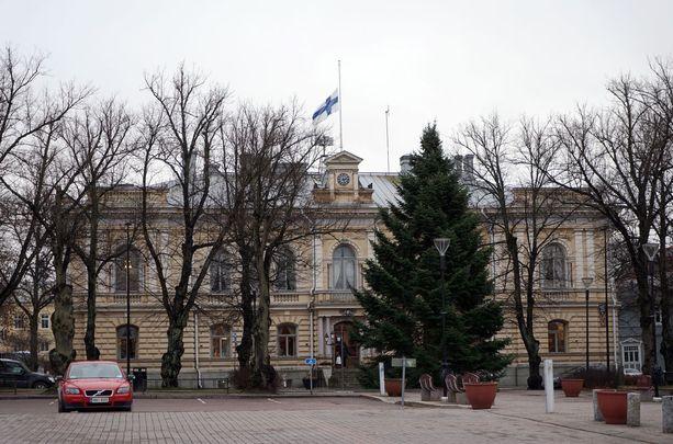 Porvoon kaupungintalon lippu oli nostettu maanantaina puolitankoon.