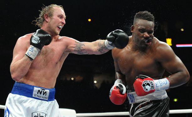 Robert Helenius heiluttelee nyrkkejään vain otteluissa ja harjoituksissa, ei esimerkiksi lehdistötilaisuuksissa.
