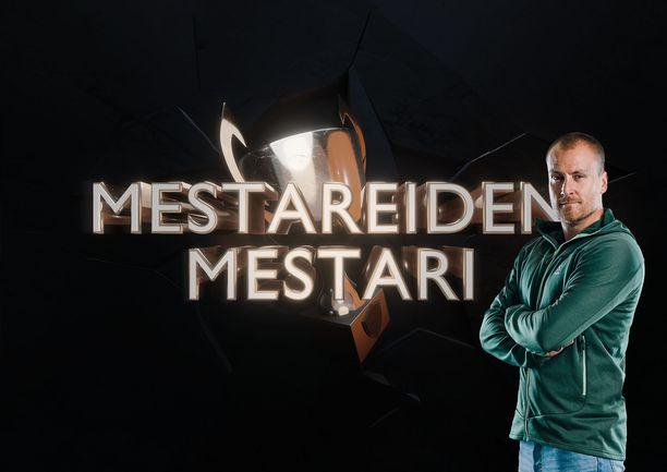 Heikki Paasonen juontaa Mestareiden mestari -ohjelmaa.