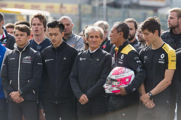Alain Prost (keskellä) osallistui Hubertin muistoksi järjestettyyn hiljaiseen hetkeen Span radalla ennen F3-kilpailua.