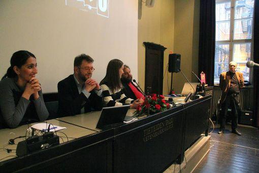 Kansanedustajat Nasima Razmyar (vasemmalta), Timo Harakka ja Sanna Marin tuulettivat Sdp:tä puhetilaisuudessa keskiviikkona. Pöydän takana myös politiikan tutkija Rauli Mickelsson.