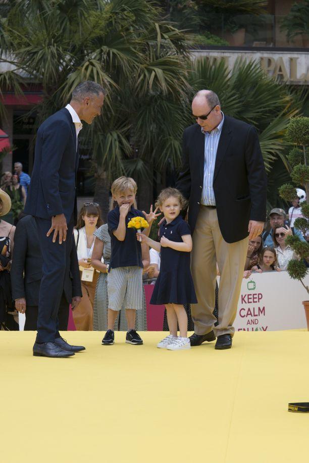Ruhtinas Albert ja pikkukaksoset vierailivat tv-festivaaleilla.
