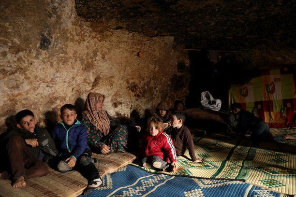 Jotkut siviilit joutuvat asumaan maan alla, piilossa taisteluilta Idlibin maakunnassa.