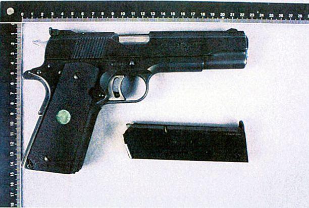 Morri ampui naisen pistoolilla, jonka liipasin on kilpailukäytön vuoksi poikkeuksellisen herkkä.