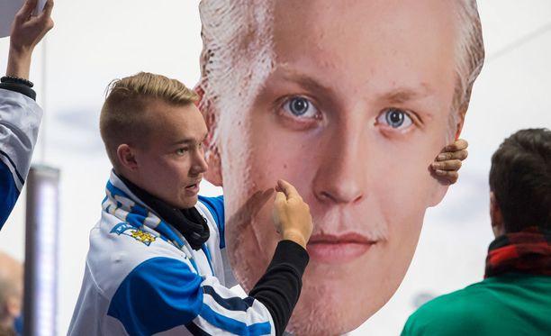 Leijonat-fani esitteli Hartwall-areenassa komeaa Patrik Laine -naamaria.