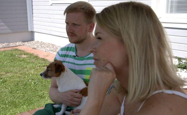 Olli ja Miia käyvät kylässä Ollin vanhempien luona, koska tilanne tuntuu Ollista ihan valoisalta.