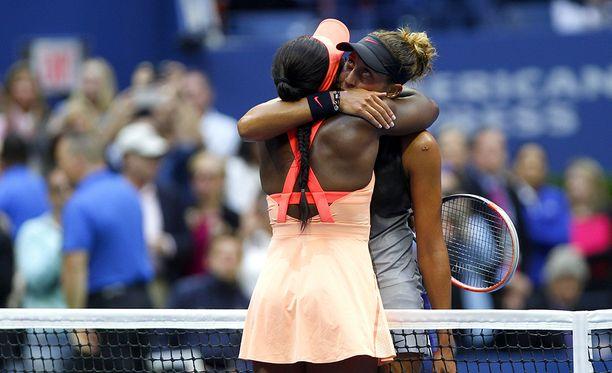 Sloane Stephens ja Madison Keys halasivat toisiaan pitkään ottelun ratkettua Stephensin hyväksi.