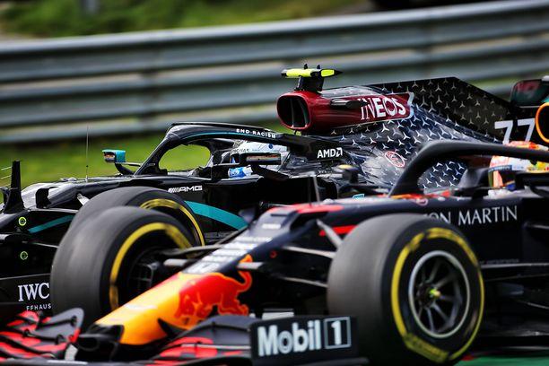 Valtteri Bottas ja Max Verstappen kamppailivat kakkossijasta Itävallan toisessa kisassa. Suomalainen nousi lopulta toiseksi.