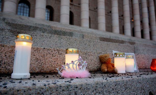 8-vuotias Eerika murhattiin tukehduttamalla kotonaan äitinpäivänä 2012. Muun muassa naapurit, koulun opettajat ja rehtori olivat tehneet tytöstä kaikkiaan 11 lastensuojeluilmoitusta.