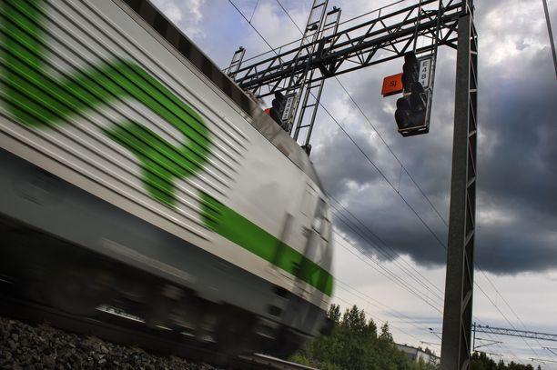 Tapauksen vuoksi kaksi Intercity-junaa on aikataulustaan huomattavasti myöhässä.