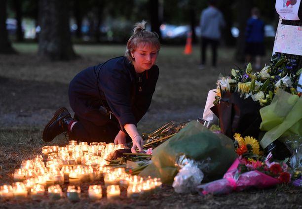 Al Noorin moskeijalle sytytettiin kynttilöitä sen jälkeen, kun 51 muslimia ammuttiin kuoliaaksi Christchurchin iskuissa.