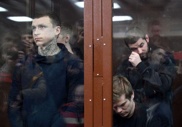Pavel Mamajev (vasemmalla edessä), Aleksandr Kokorin (oikealla edessä), Kokorinin veli Kirill Kokorin (vasemmalla takana) ja ystävä Aleksandr Protasovitskij vastasivat syytteisiin keskiviikkona Moskovassa.