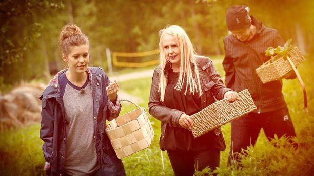 Laura Närhi, Maarit Hurmerinta ja Ilkka Alanko keräsivät kasveja herbaariota varten.