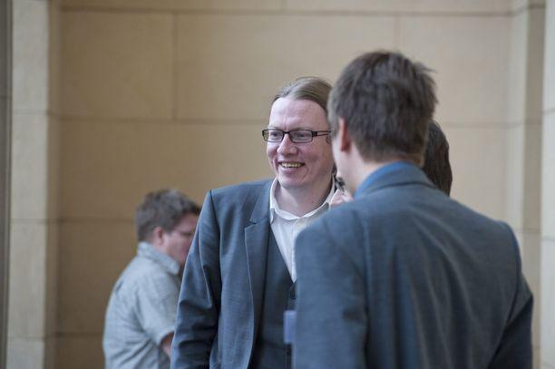 Vihreiden silloinen puoluesihteeri Panu Laturi kuvattuna Helsingin Säätytalolla vuoden 2011 hallitusneuvotteluiden aikaan.