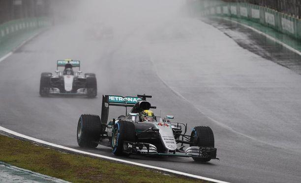Vesisade valuu Brasilian GP:tä johtavan Lewis Hamiltonin silmiin.